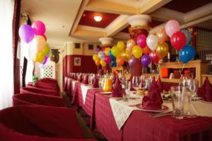 Tisch mit Luftballons